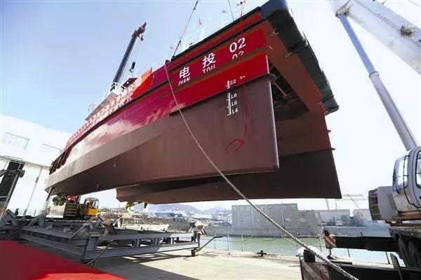 國內首艘20米雙體全鋁合金高速風電運維船在大連下水.jpg